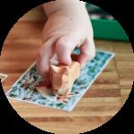 Kind arbeitet mit dem Tier-Tablett im Montessori Lüneburg