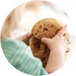 Kind spielt mit Schwamm im Montessori Bildungshaus Lüneburg