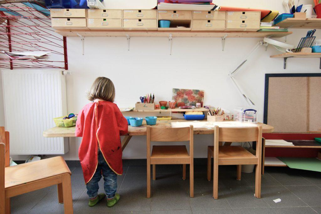 Ein Kind arbeitet kreativ im Atelier des Montessori Kinderhauses
